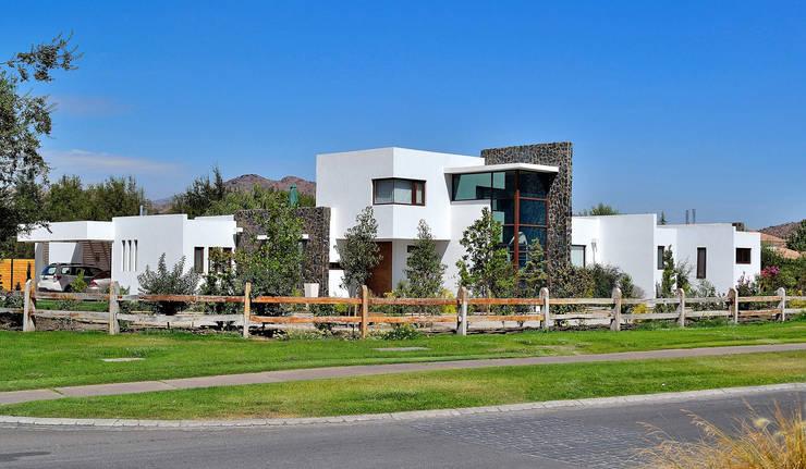 Casa Esquina 1: Casas de estilo  por Marcelo Roura Arquitectos