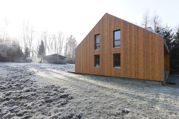 DOM ZE SŁOMY: styl , w kategorii Domy zaprojektowany przez KOZIEJ ARCHITEKCI,Nowoczesny