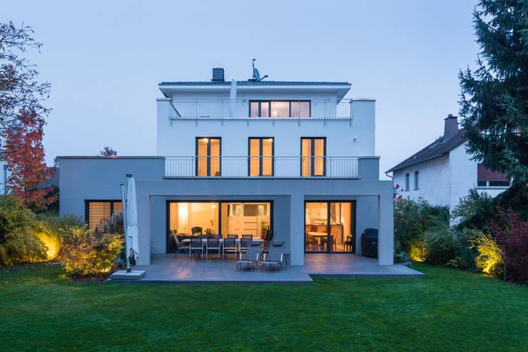 Außenansicht Garten: moderne Häuser von casaio | smart buildings