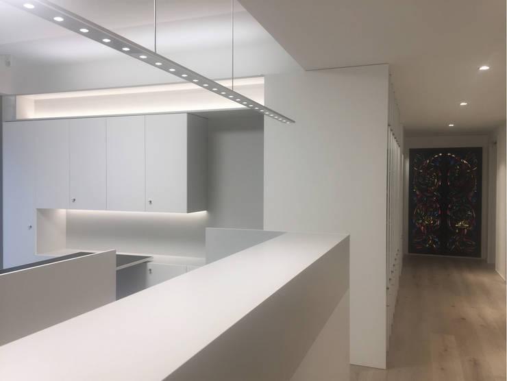 Empfangsbereich:  Geschäftsräume & Stores von angela liarikos architecture + design