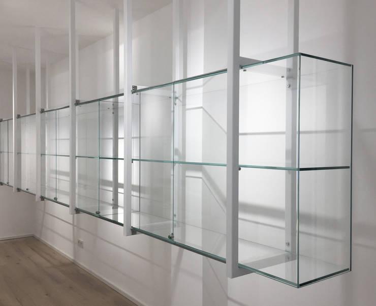 Glasvitrine:  Geschäftsräume & Stores von angela liarikos architecture + design