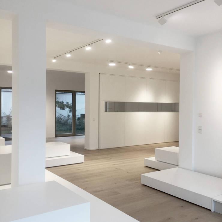 Showroom   Vitrinen   Präsentationspodeste:  Geschäftsräume & Stores von angela liarikos architecture + design