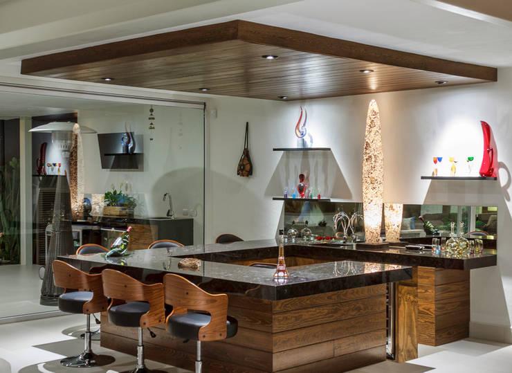 Bar: Cavas de estilo  por Loyola Arquitectos