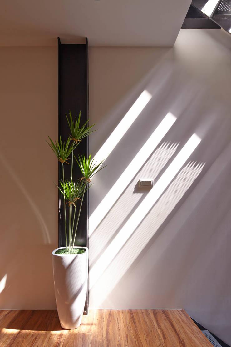 Pasillos y vestíbulos de estilo  de 合觀設計, Moderno