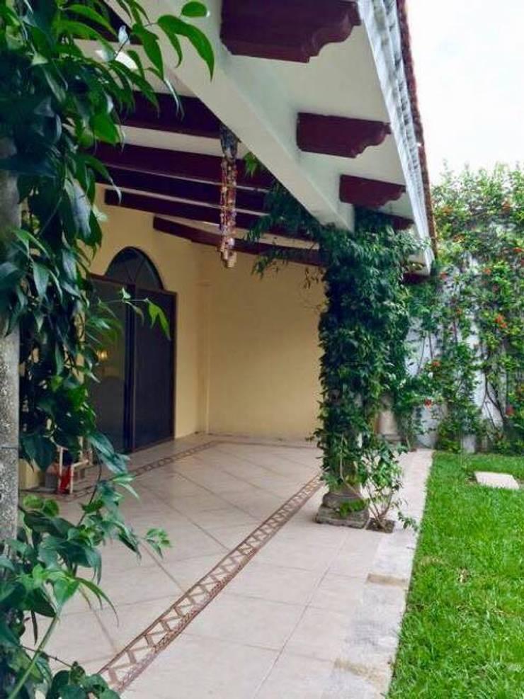 """CASA """"LA PICCOLA ITALIA"""": Jardines en la fachada de estilo  por SG Huerta Arquitecto Cancun"""