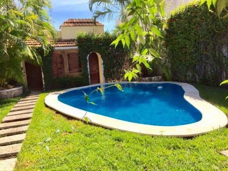 """CASA """"PICCOLA ITALIA"""": Albercas de estilo  por SG Huerta Arquitecto Cancun"""