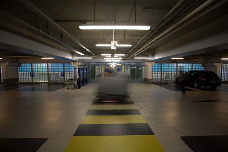 Lichtontwerp LEDwand parkeergarage:  Winkelcentra door INsides lichtontwerp, Industrieel