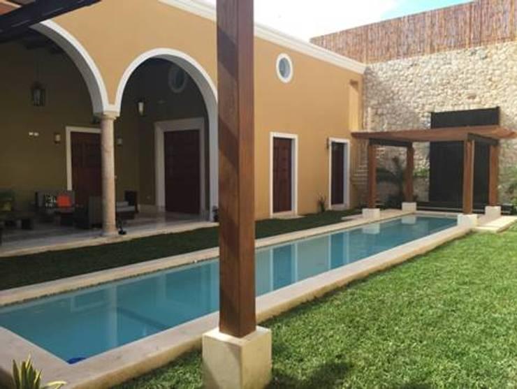 Vista del patio interior.:  de estilo  por Creatividad y Construcción ( CREACON )