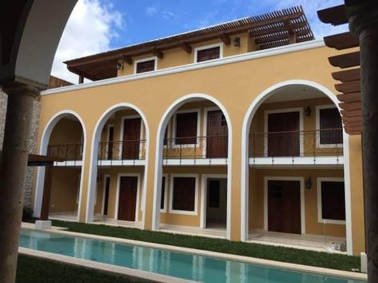 Vista del edificio nuevo donde se encuentran los departamentos.:  de estilo  por Creatividad y Construcción ( CREACON )