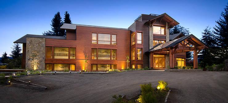 Iluminacion exterior: Hoteles de estilo  por INTEGRAR DISEÑO