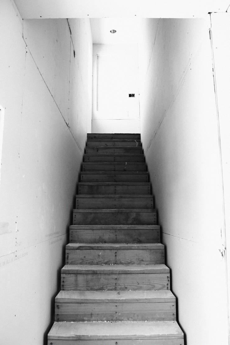 現代風玄關、走廊與階梯 根據 Banda & Soldevilla Arquitectos 現代風