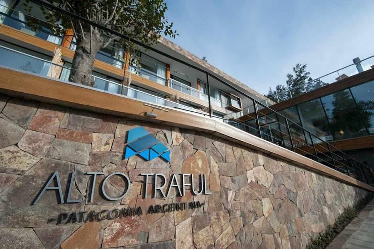 Apart Alto Traful: Hoteles de estilo  por INTEGRAR DISEÑO