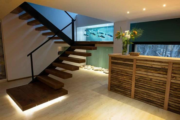 Mueble front y escalera: Hoteles de estilo  por INTEGRAR DISEÑO