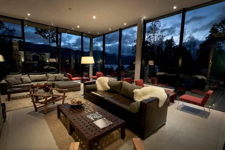 Estar de noche: Hoteles de estilo  por INTEGRAR DISEÑO