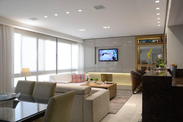 Living room by Carolina Burin Arquitetura Ltda