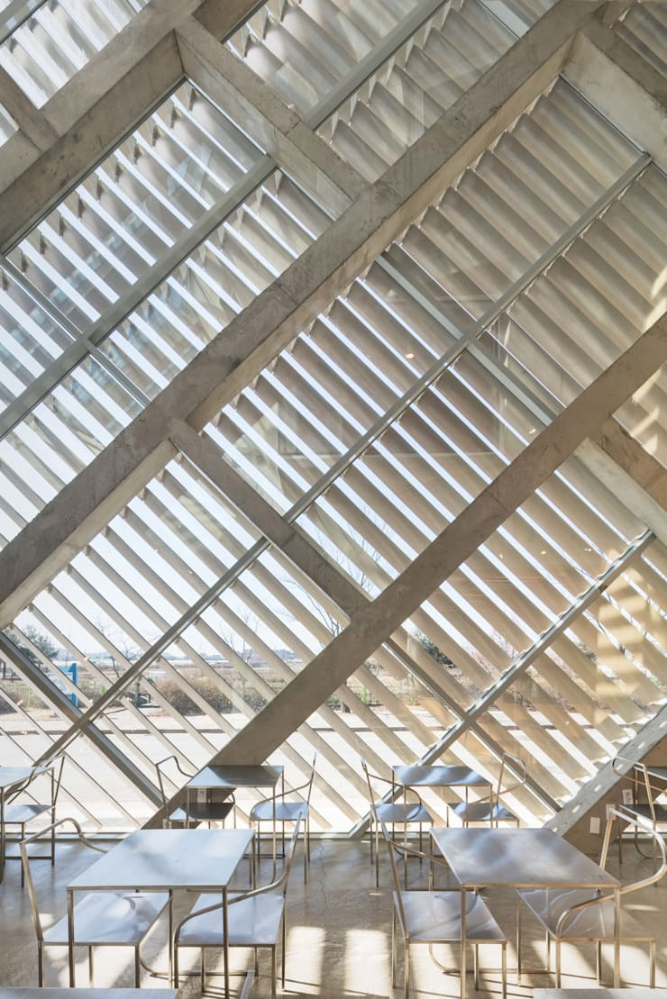 Louverwall: AND(에이엔디) 건축사사무소의  베란다