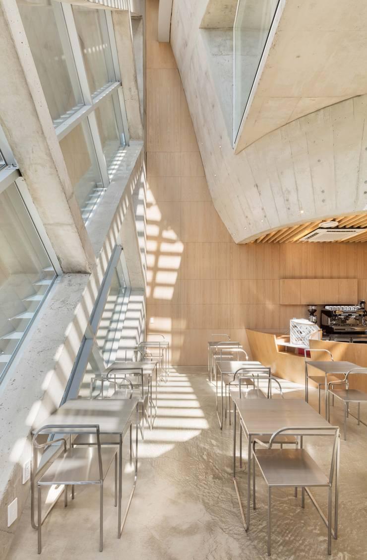 Louverwall: AND(에이엔디) 건축사사무소의  주방