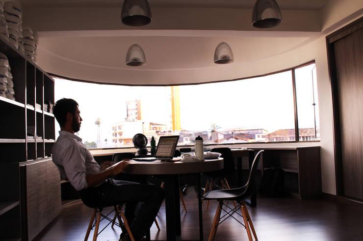 OFICINAS FUNDACIÓN REVEL: Oficinas y Tiendas de estilo  por santiago dussan architecture & Interior design, Moderno