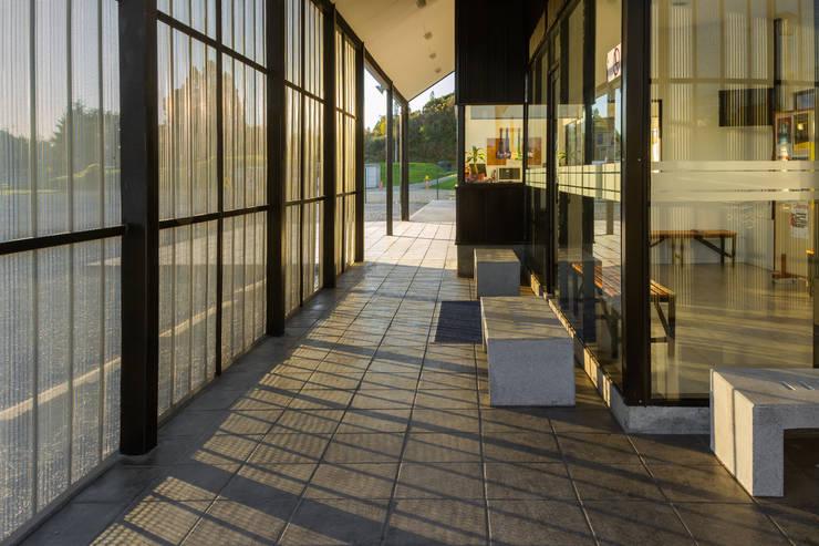 Nuevo Acceso Colegio Alemán de Puerto Varas. : Casas de estilo  por Moraga Höpfner Arquitectos