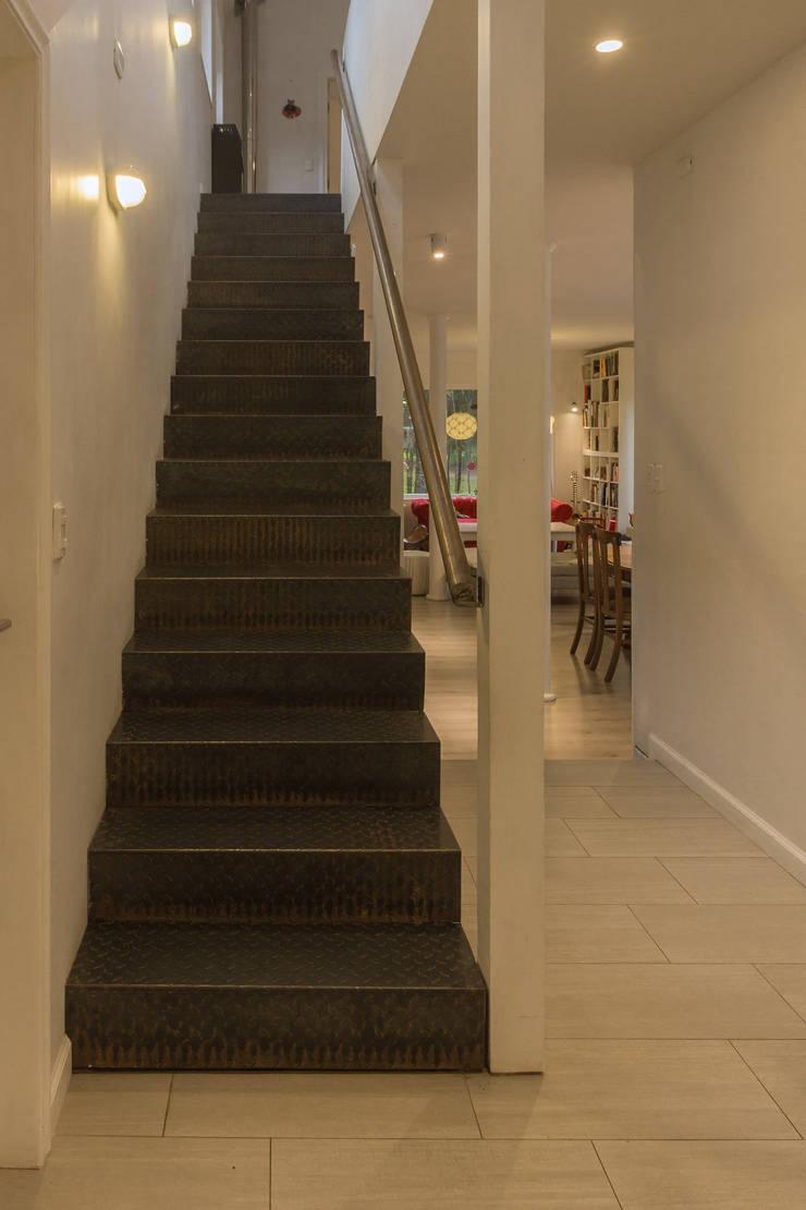 HP HOUSE: Pasillos y hall de entrada de estilo  por Moraga Höpfner Arquitectos