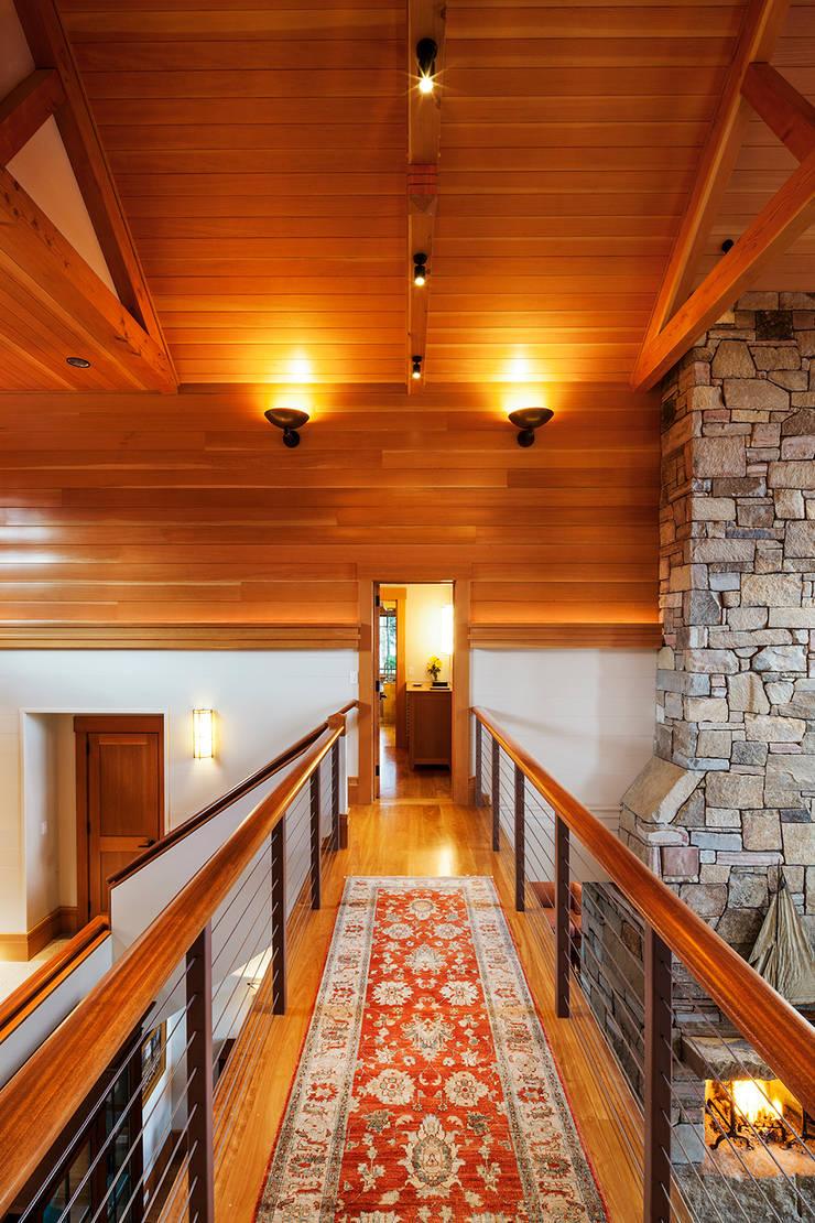 Bold Ocean Cottage - Hallway Balcony:  Corridor & hallway by John Morris Architects