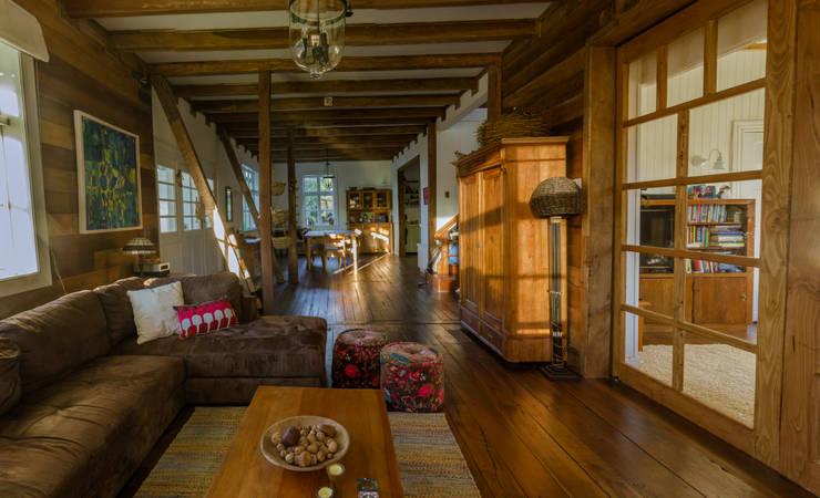 CASONA LOS BAJOS: Livings de estilo  por Moraga Höpfner Arquitectos