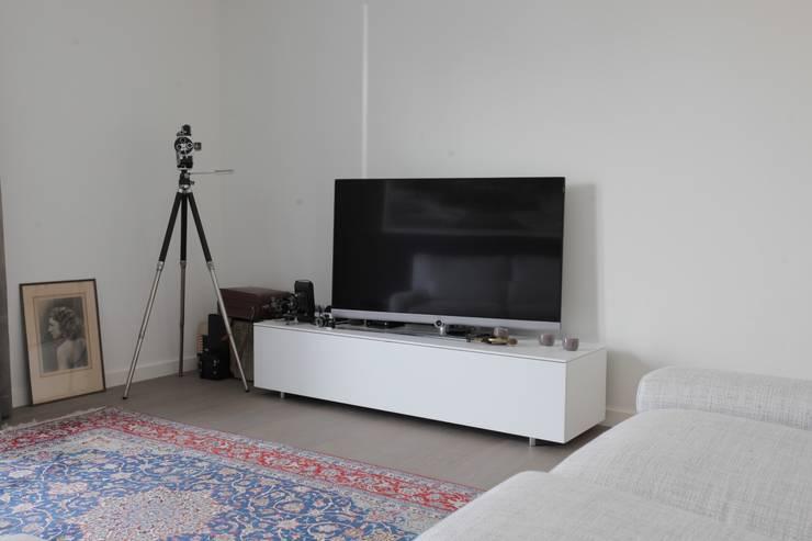 TV meubel:  Multimedia ruimte door Alewaters & Zonen