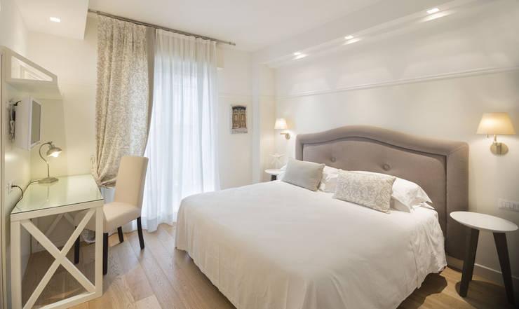 """Residence """"La Darsena"""" Riccione: Camera da letto in stile  di Polistudio A.E.S."""