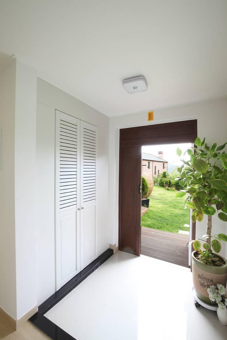 고기동 주택: 지호도시건축사사무소의  복도, 현관 & 계단