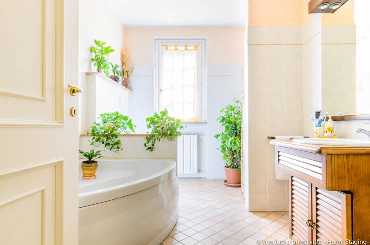 Baños de estilo  por Venduta a Prima Vista