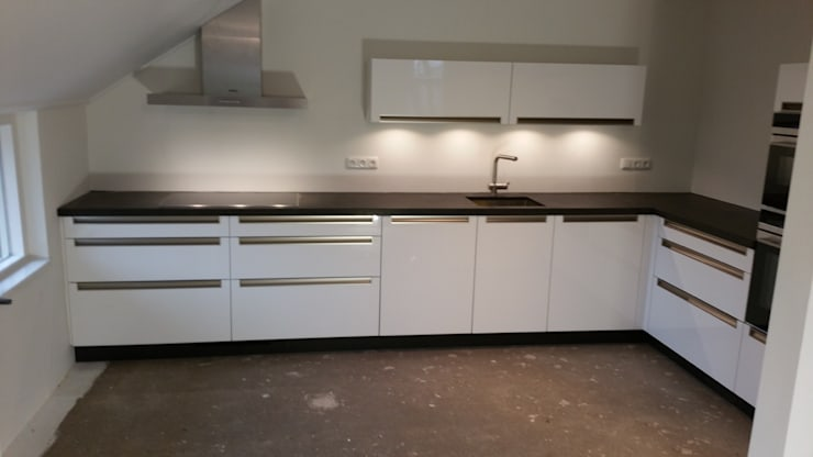 Moderne greeploze keuken:  Keuken door de Lange keukens, Modern MDF