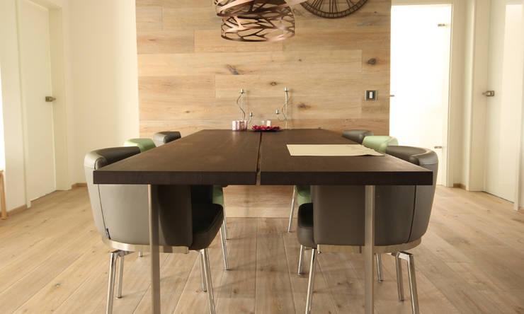 Tisch aus der Wand ragend:  Esszimmer von Beer GmbH