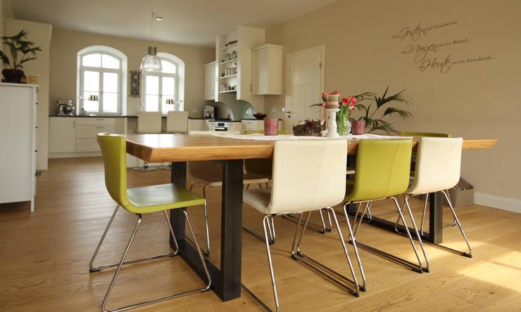 Tisch mit Baumkante aus Eiche mit Stahlfuß:  Esszimmer von Beer GmbH