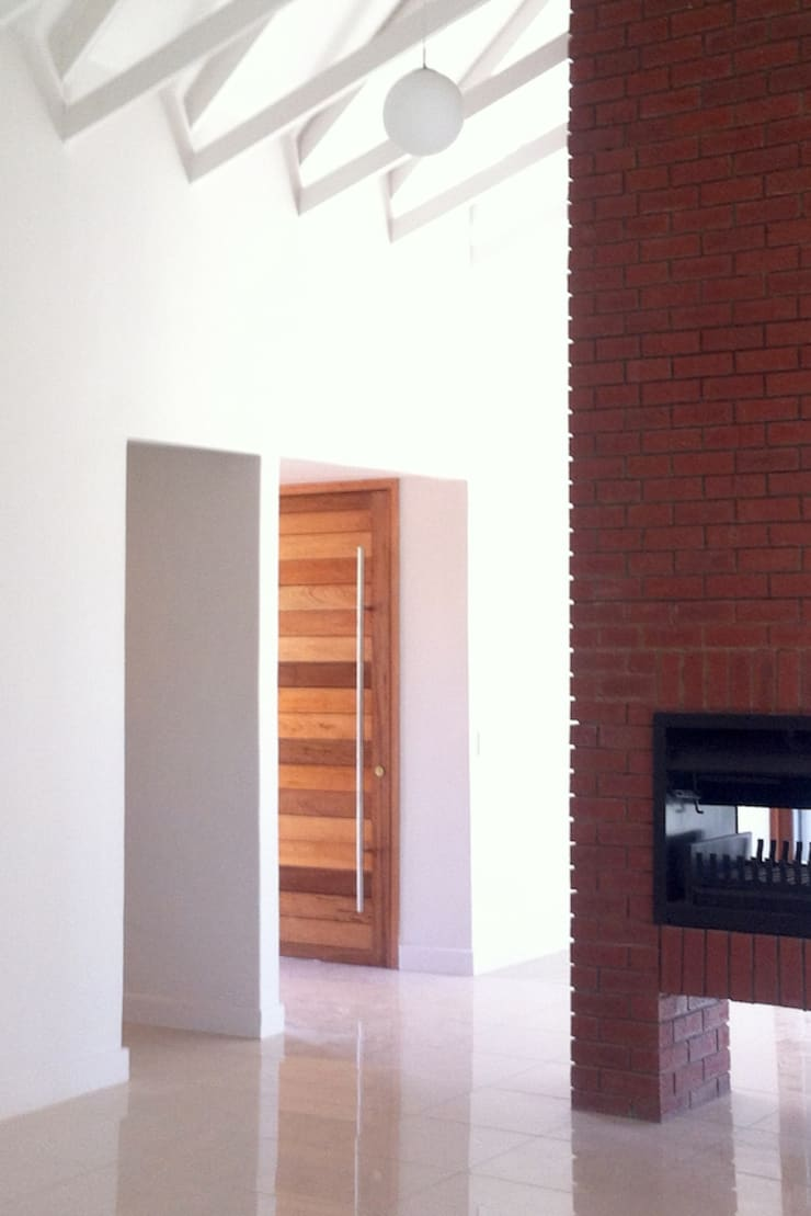 Lillyvale House 01:  Corridor & hallway by Sergio Nunes Architects, Modern