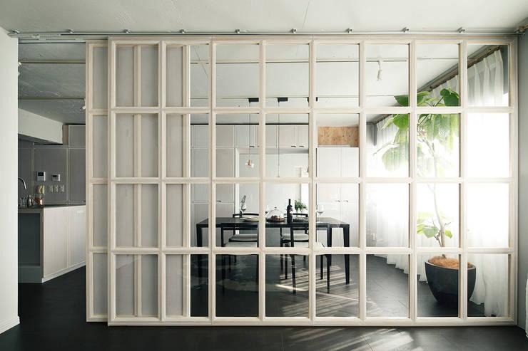 Modern dining room by 松島潤平建築設計事務所 / JP architects Modern MDF