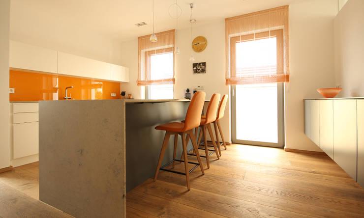 Eine puristische Küche mit Frühstücksplatz:  Küche von Beer GmbH