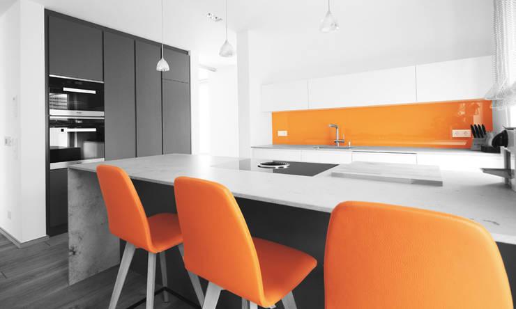 Moderne Küche mit Farbtupfer:  Küche von Beer GmbH