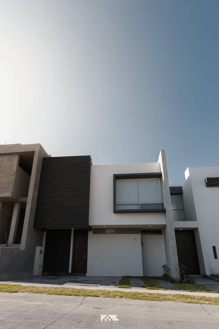 Virreyes 15: Casas de estilo  por 2M Arquitectura