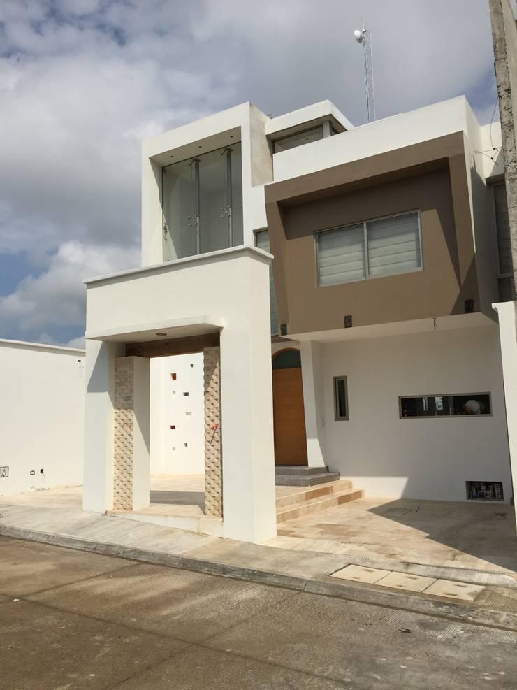 Fachada General: Casas de estilo  por Cahtal Arquitectos