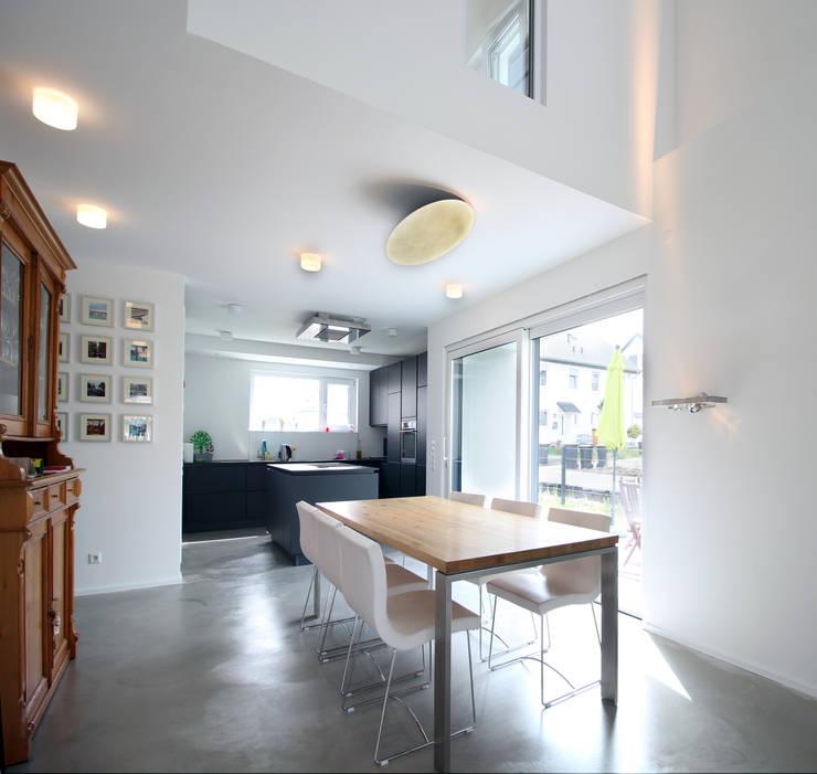 Neubau in Bonn: moderne Esszimmer von PlanBar Architektur