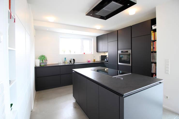 Neubau in Bonn: moderne Küche von PlanBar Architektur