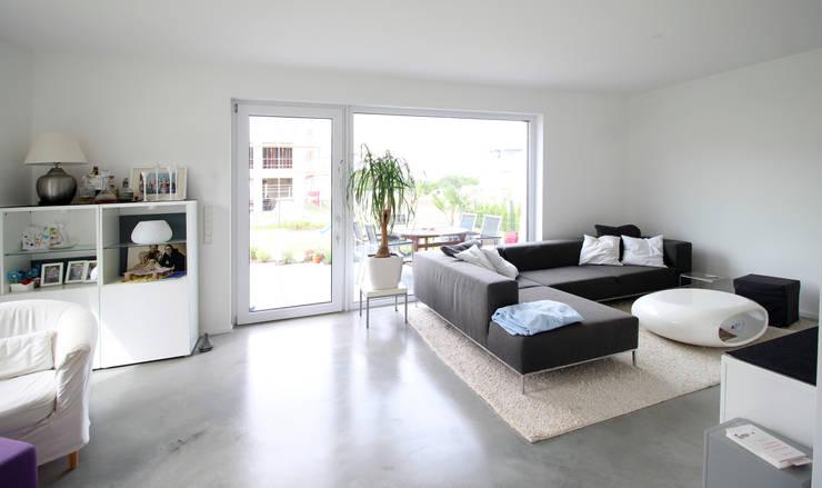 Neubau in Bonn: moderne Wohnzimmer von PlanBar Architektur