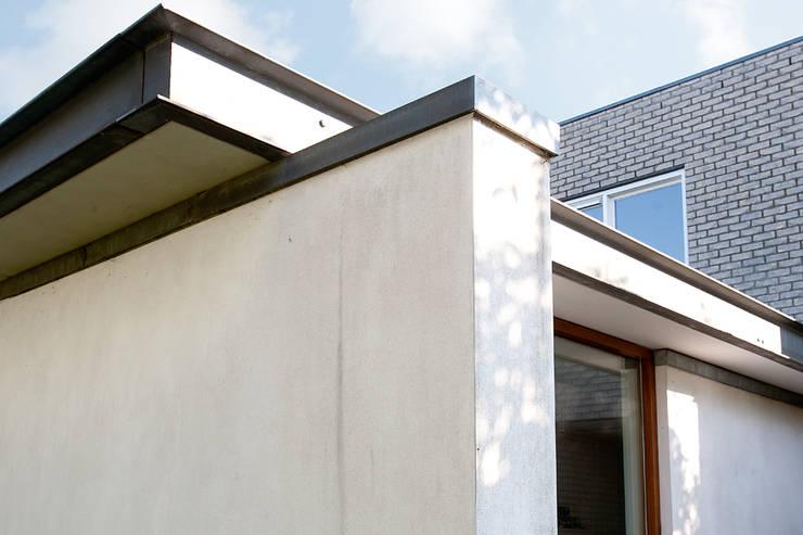 Detail zinken dakrand:  Huizen door De E-novatiewinkel, Modern IJzer / Staal