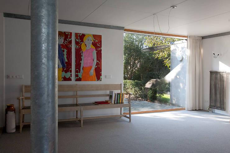 woonkamer:  Woonkamer door De E-novatiewinkel, Modern Hout Hout