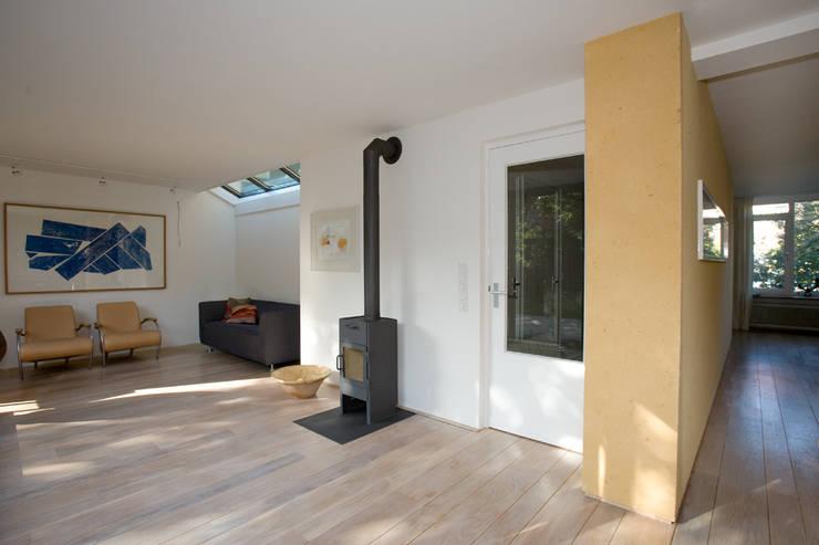 woonkamer met houtkachel:  Woonkamer door De E-novatiewinkel