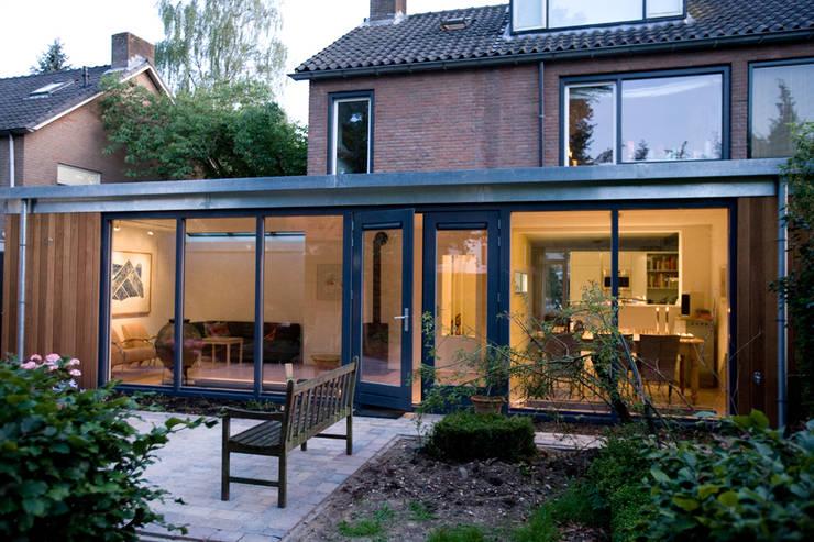 Buitengevel: moderne Huizen door De E-novatiewinkel