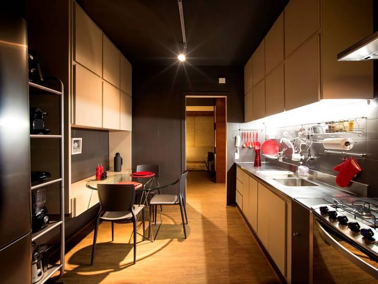 APARTAMENTO TP: Cozinhas  por ROBERTO SPINA ARQUITETOS ASSOCIADOS,Minimalista