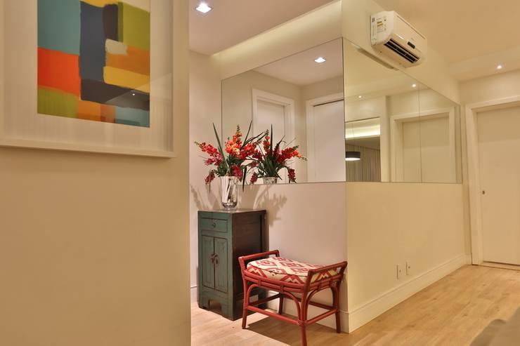 LAR MADSON: Corredores e halls de entrada  por MAJÓ Arquitetura de Interiores