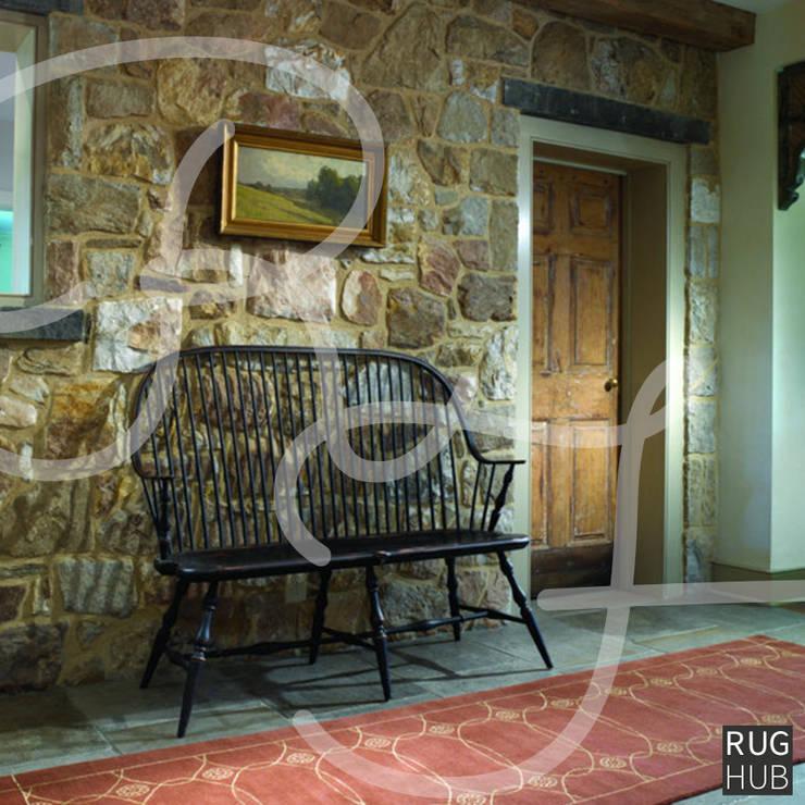 Pasillos y recibidores de estilo  por Rug Hub