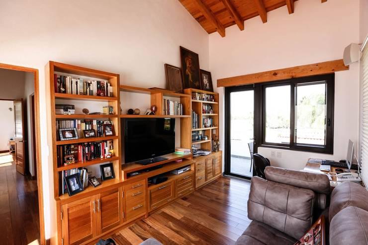 Balvanera St. Andrews: Estudios y oficinas de estilo  por Arquitectura MAS